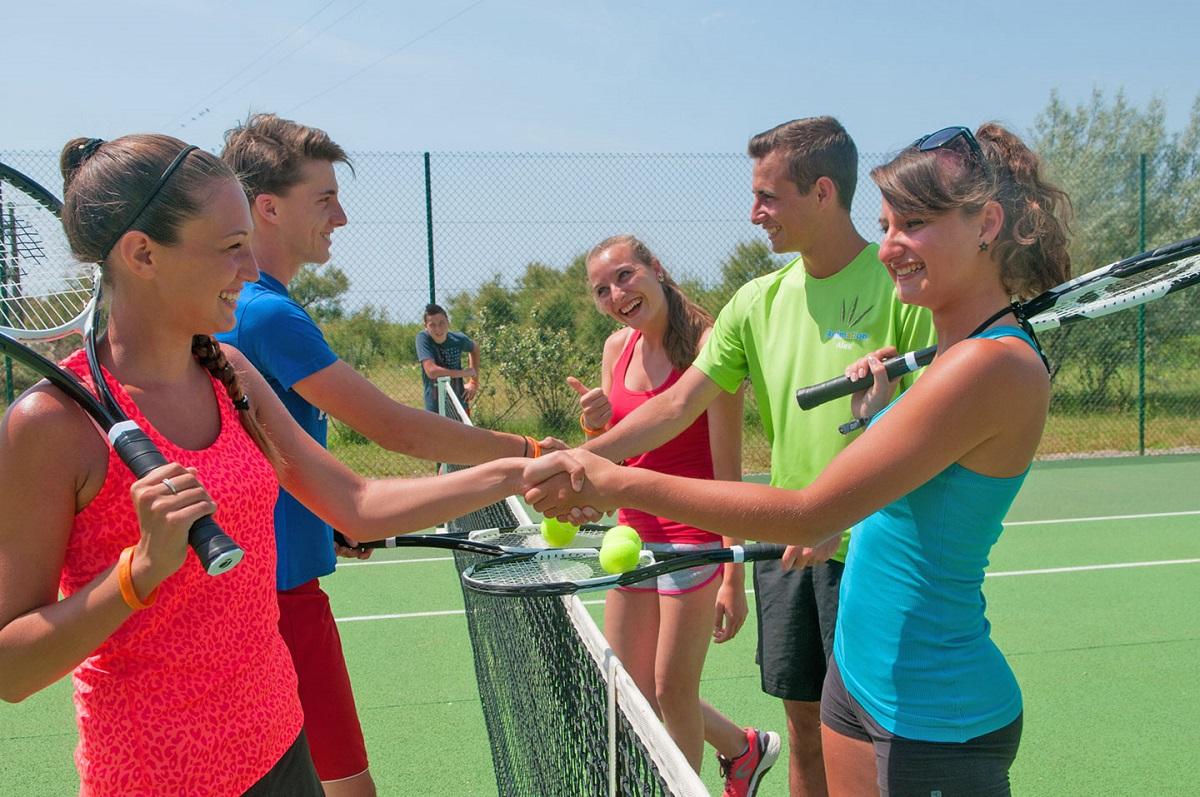 Des joueurs de tennis se serrent la main.