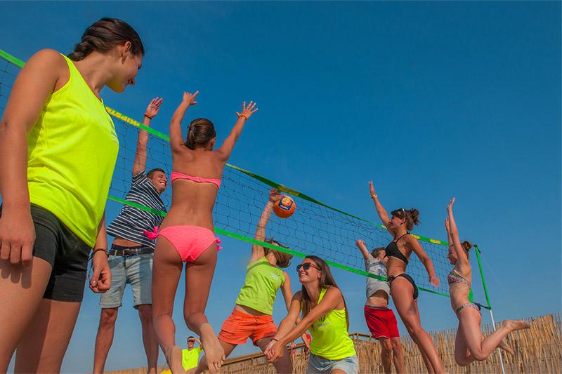 Partie de beach-volley sur la plage de Vias