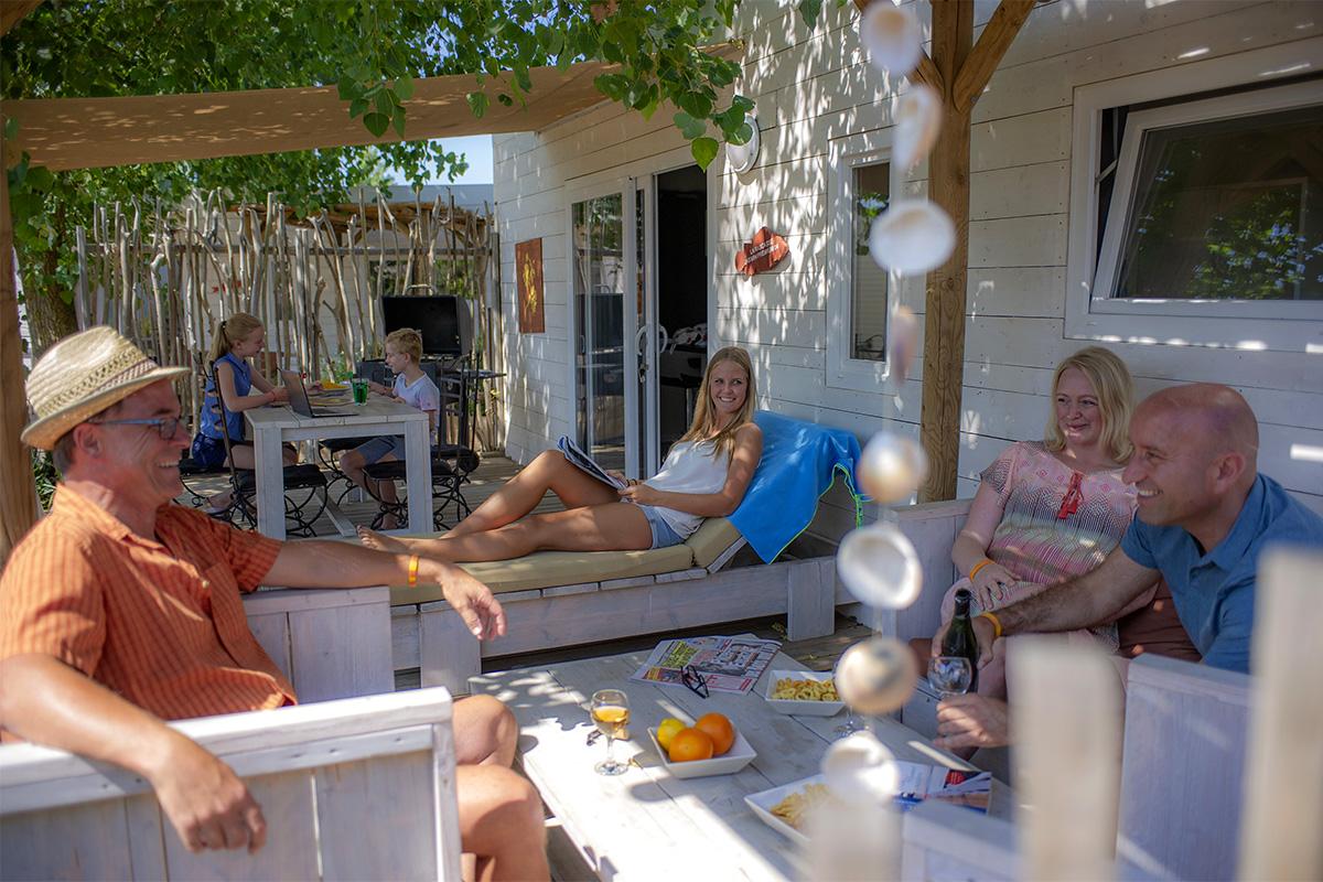 Apéro sur la terrasse d'un mobil-home premium au camping à Vias