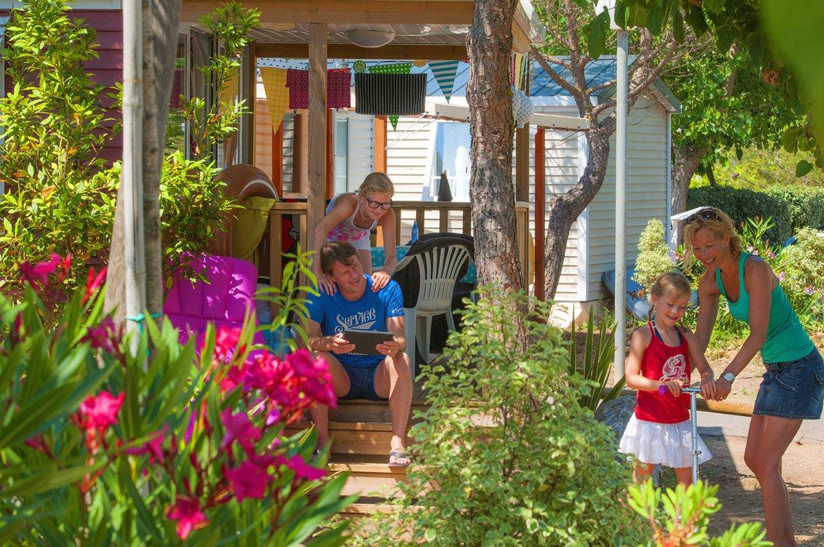 Des vacanciers prennent du bon temps devant leur Mobil-home