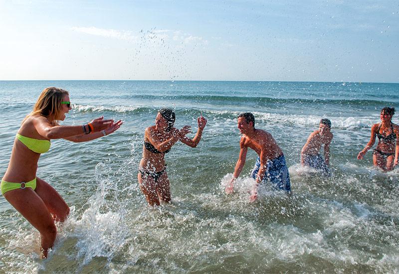 Jeunes s'amusant à la plage du camping à Vias
