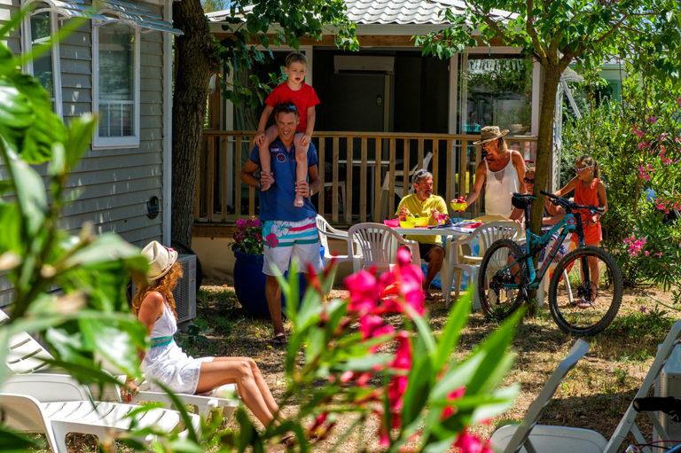 Famille en vacances en mobil-home au camping Méditerranée Plage à Vias