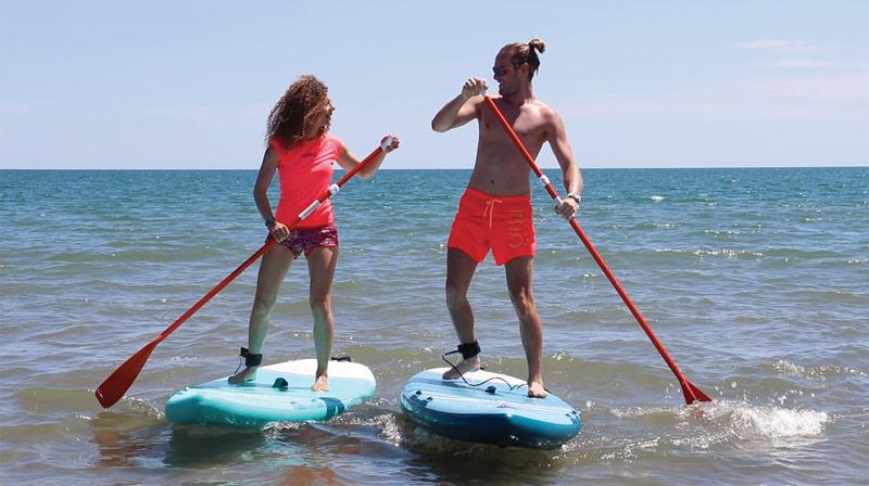 Jeunes gens faisant du paddle sur la plage Vias