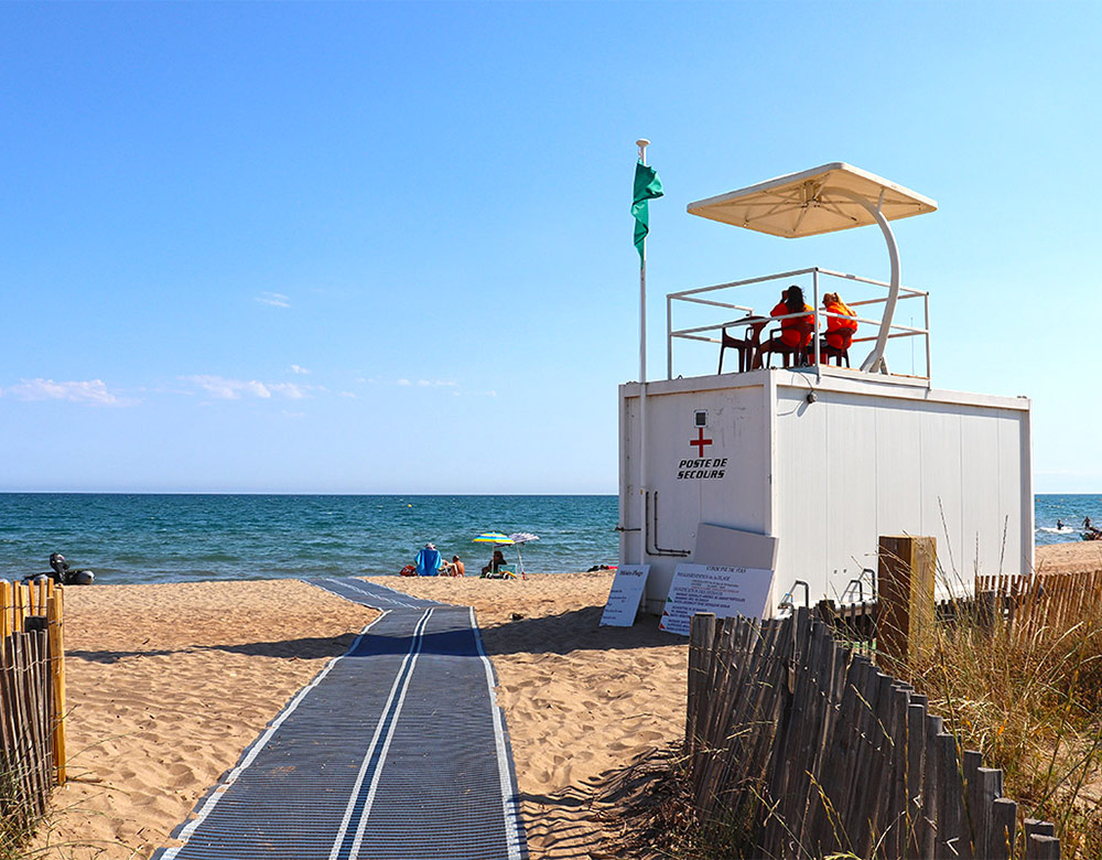 Poste de secours sur la plage du camping Méditerranée Plage avec accès handicap