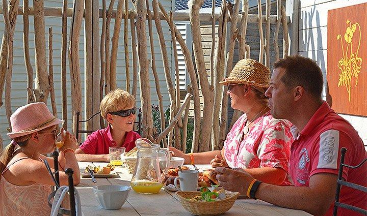 Famille sur la terrase du mobilhome premium camping Med Plage, Vias