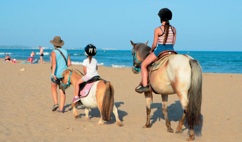 Promenade à poney sur la plage de Vias