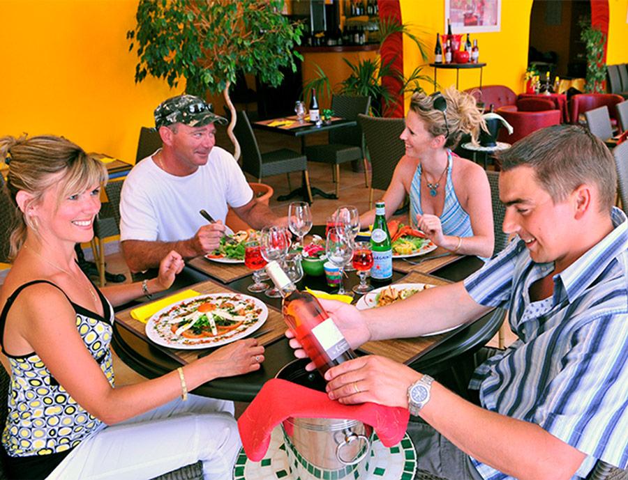 Salle de restaurant au camping Méditerranée Plage